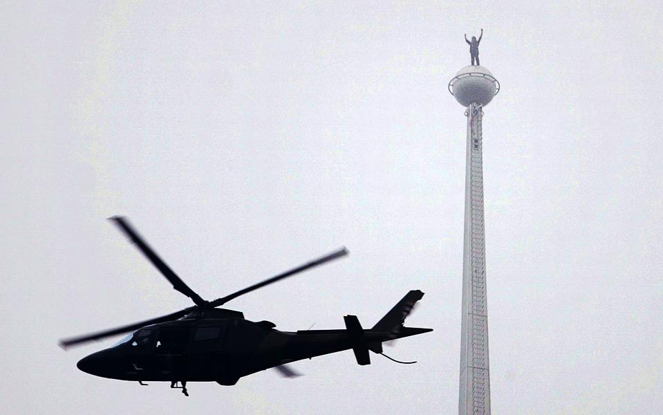 1) Всемирно-известный человек-паук Ален Роберт стоит на верхушке самого известного малазийского здания – небоскребов-близнецов «Петронас», Куала-Лумпур, 1 сентября. (REUTERS/Zainal Abd Halim)