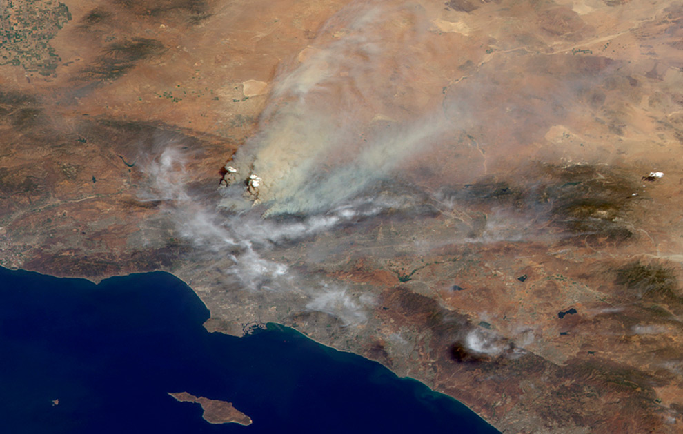 2. На этом снимке, сделанном со спутника NASA 30 августа 2009 года, виден дым от лесного пожара в Лос-Анджелесе. (REUTERS/NASA/GSFC/LaRC/JPL, MISR Team)