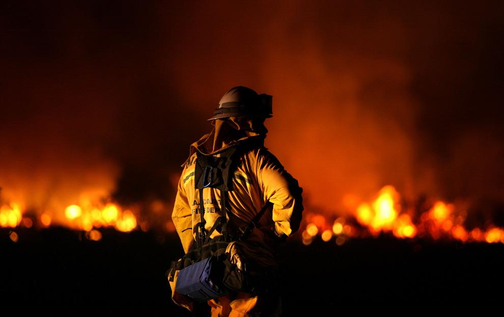 3. Пожарный округа Лос-Анджелес отслеживает горячие точки лесных пожаров 30 августа 2009 года в Актоне, Калифорния. (Justin Sullivan/Getty Images)
