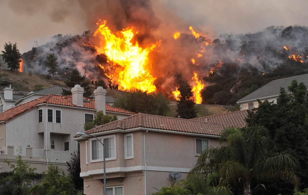4. Встречный пожар горит за домами в Ла Кресента, штат Калифорния, во вторник 1 сентября 2009 года. (AP Photo/Jae C. Hong)