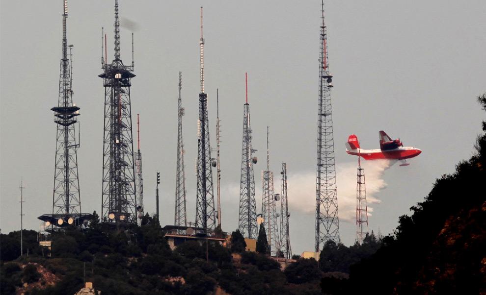 7. Гидросамолет «Martin Mars» сбрасывает воду, пытаясь обезопасить обсерваторию на горе Уилсон, к северо-востоку от Лос-Анджелеса во вторник 1 сентября 2009 года. На горе Уилсон находится не только обсерватория, но и многочисленные теле-, радио и мобильные вышки, обслуживающие город. (AP Photo/Damian Dovarganes)