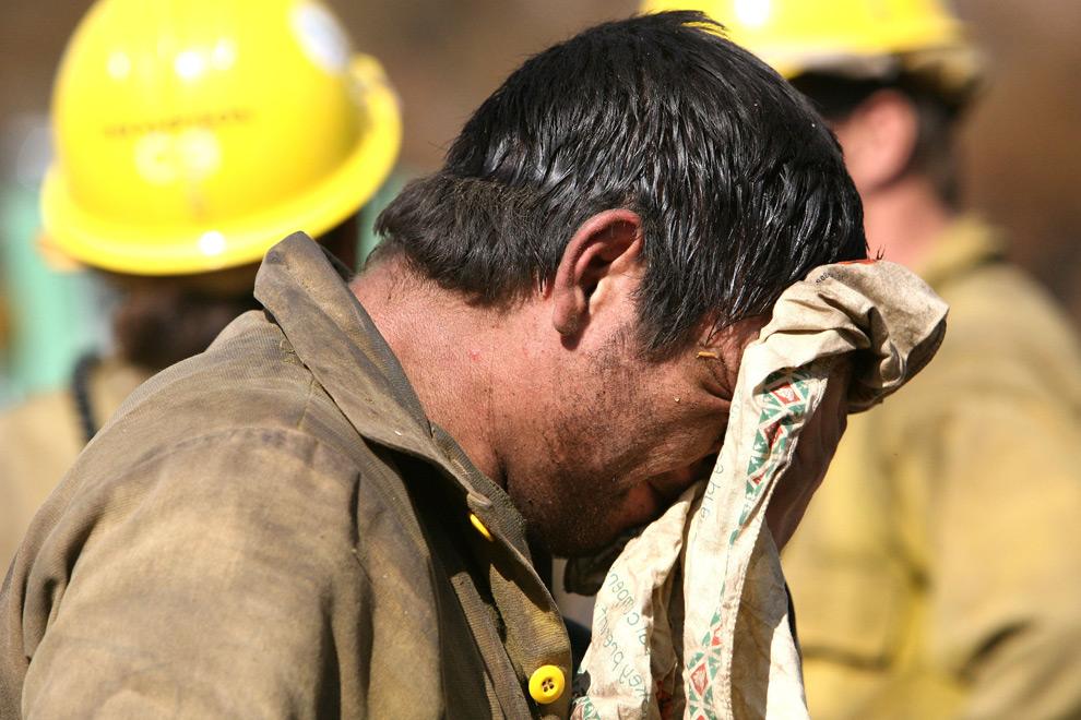 8. Герой американской лесной охраны вытирает лицо во время передышки при тушении лесного пожара 31 августа 2009 года в Туюнге, штат Калифорния. (Justin Sullivan/Getty Images)