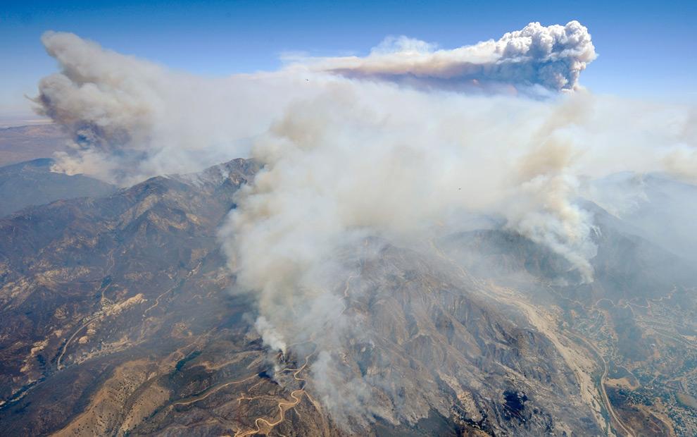 9. Огромное облако дыма от лесных пожаров над Национальным калифорнийским заповедником, огонь идет на запад по направлению к общинам Санланд и Туюнга 31 августа 2009 года в Лос-Анджелесе, Калифорния. (Kevork Djansezian/Getty Images)