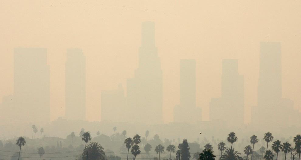 11. Лос-Анджелеса виден на горизонте в дыму от лесного пожара на севере от города 31 августа 2009 года. (REUTERS/Freds Prouser)