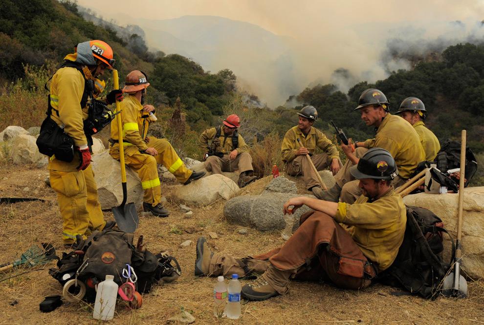 13. Пожарные делают перерыв во время тушения лесного пожара в Ла Кресента, штат Калифорния, во вторник 1 сентября 2009 года. (AP Photo/Jae C. Hong)