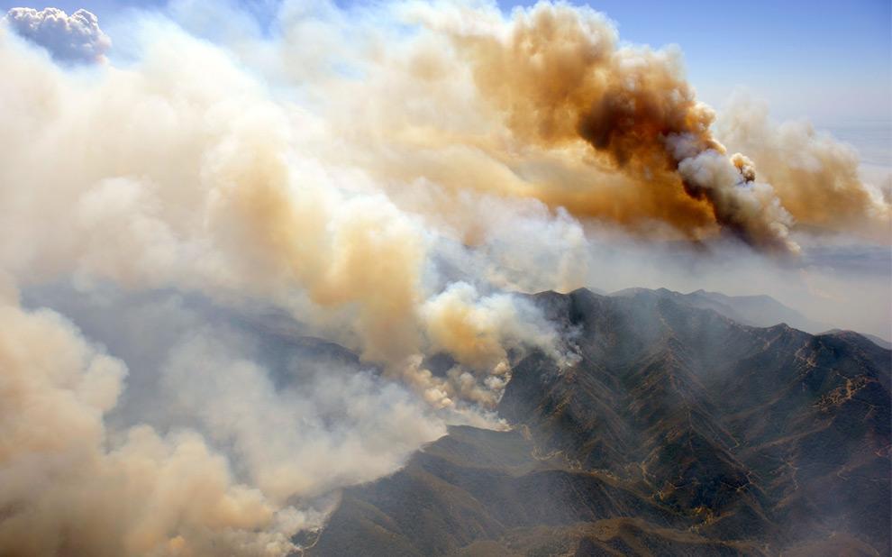 24. Нависающие облака дыма поднимаются к небу по мере продвижения лесных пожаров на запад, к Актон Агуа, Дульче и Санланд Туюнга 31 августа 2009 года в Лос-Анджелесе, штат Калифорния. (Kevork Djansezian/Getty Images)