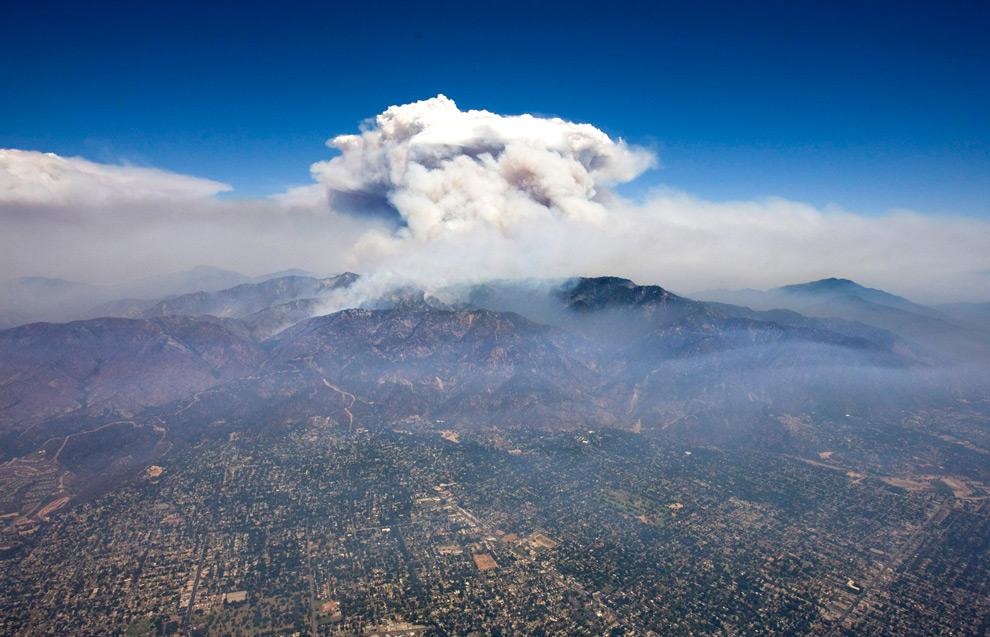 27. Облако дыма от лесных пожаров поднимается рядом с горой Уилсон в Лос-Анджелесе в понедельник 31 августа 2009 года. (AP Photo/Hector Mata)