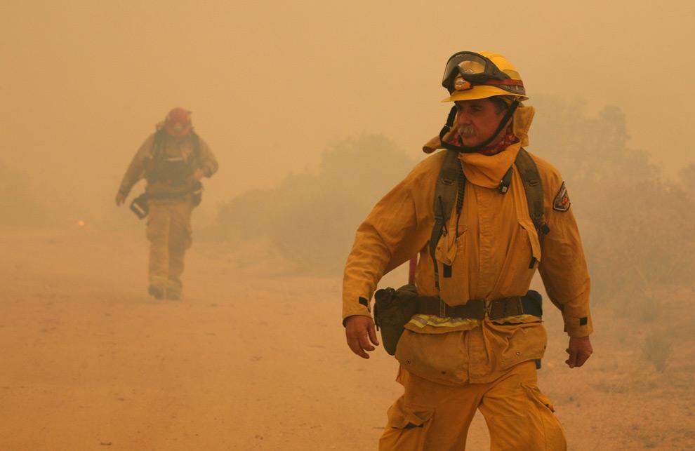 28. Пожарные идут сквозь густой дым от лесного пожара 30 августа 2009 года в Актоне, штат Калифорния. (Justin Sullivan/Getty Images)