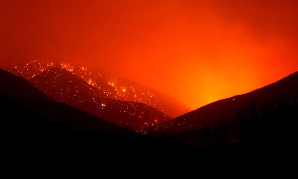 32. Отблеск от лесных пожаров в Актоне, Калифорния, 30 августа 2009 года. (Justin Sullivan/Getty Images)