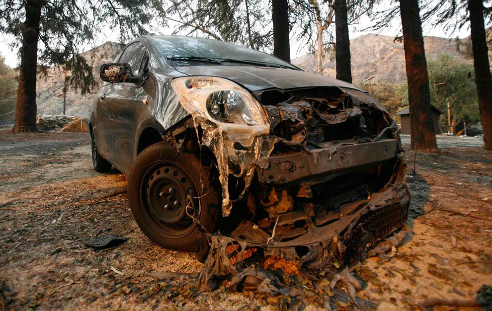 34. Часть капота этого автомобиля оплавилась в лесном пожаре в Туюнге, Лос-Анджелес, штат Калифорния, 1 сентября 2009 года. (REUTERS/Mario Anzuoni)