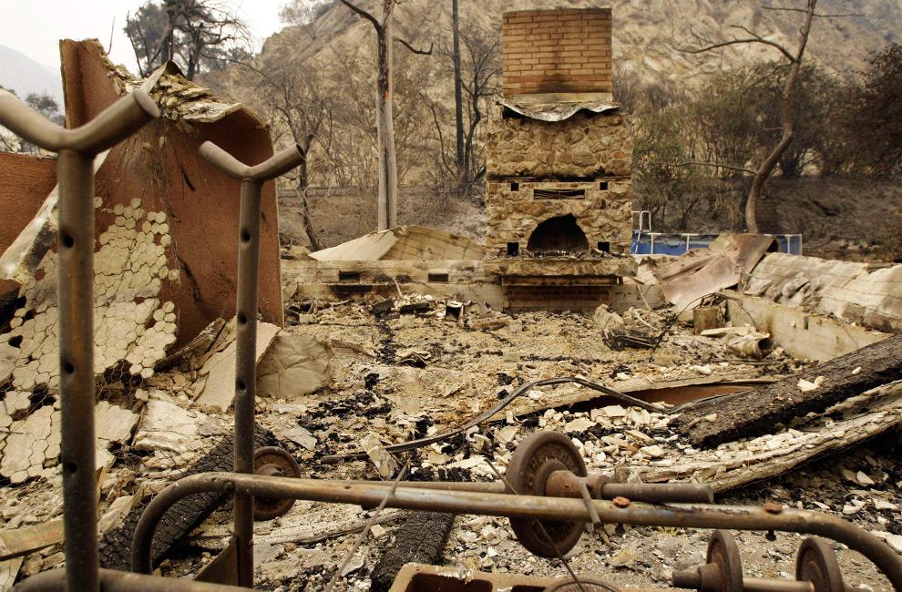 35. Развалины дома, разрушенного во время лесного пожара в области, известной как Стонивейл в Большом каньоне Туюнга в Национальном Калифорнийском заповеднике к северо-востоку от Лос-Анджелеса во вторник утром 1 сентября 2009 года. (AP Photo/Reed Saxon)