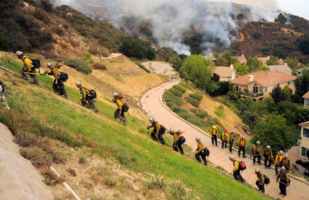 36. Пожарные взбираются вверх по холму в Ла Кресента, штат Калифорния, во вторник 1 сентября 2009 года. (AP Photo/Jae C. Hong)