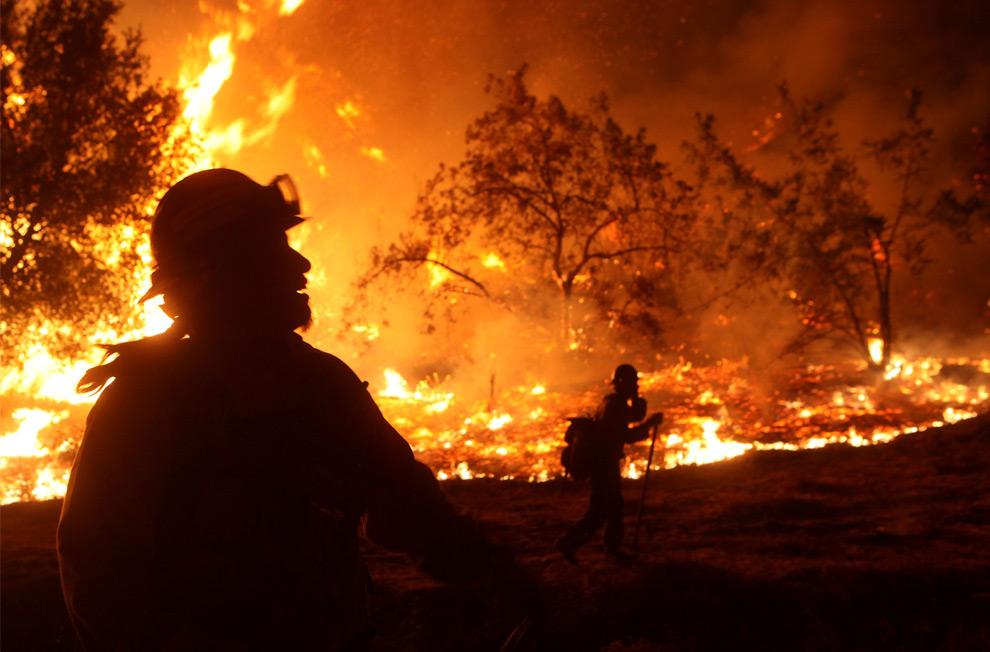 37. Пожарные из Федерального лесного управления США отслеживают встречный пожар в Ла Кресента, штат Калифорния, 31 августа 2009 года. (Justin Sullivan/Getty Images)