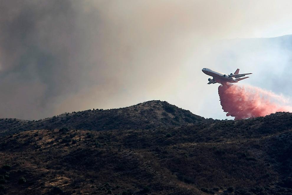 39. Самолет «DC-10», временно выполняющий функции пожарного самолета, сбрасывает огнестойкую краску на лесной пожар на холмах в Актоне, штат Калифорния, в понедельник 31 августа 2009 года. (AP Photo/Dan Steinberg)