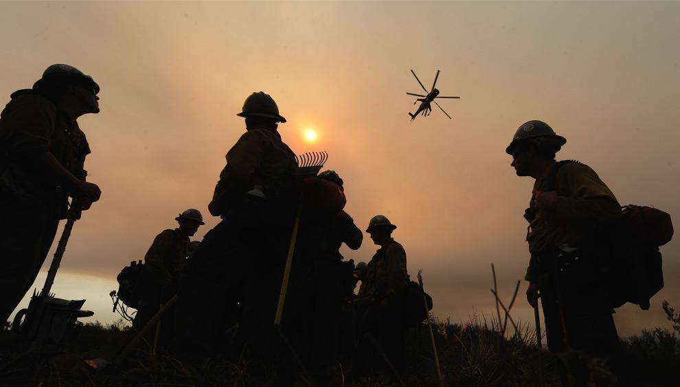 41. Пожарные следят за огнем в пригороде Глендэйла на окраине Лос-Анджелеса 1 сентября 2009 года. (MARK RALSTON/AFP/Getty Images)