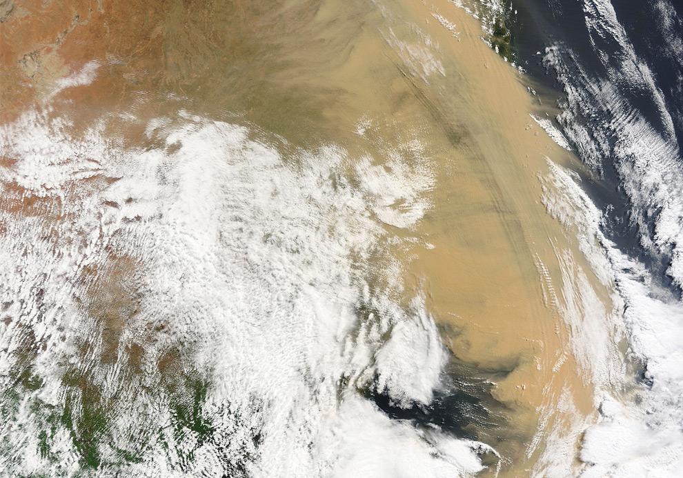 2) Снимок со спутника НАСА, на котором отчетливо видно песчаную бурю, накрывшую большую часть восточной Австралии, 23 сентября, 2009. (NASA/JPL)