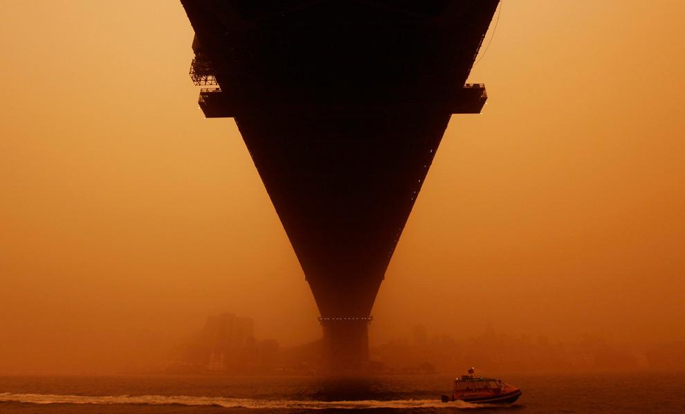 4) Снимок катера, проплывающего под мостом «Sydney Harbour» в 6:00 (во время бури) (REUTERS/Tim Wimborne