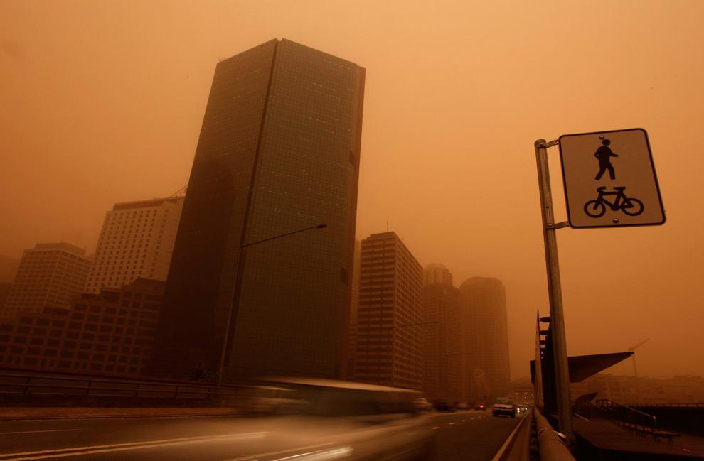 6) Фотография делового центра Сиднея в 6:30 (во время бури) (REUTERS/Tim Wimborne)