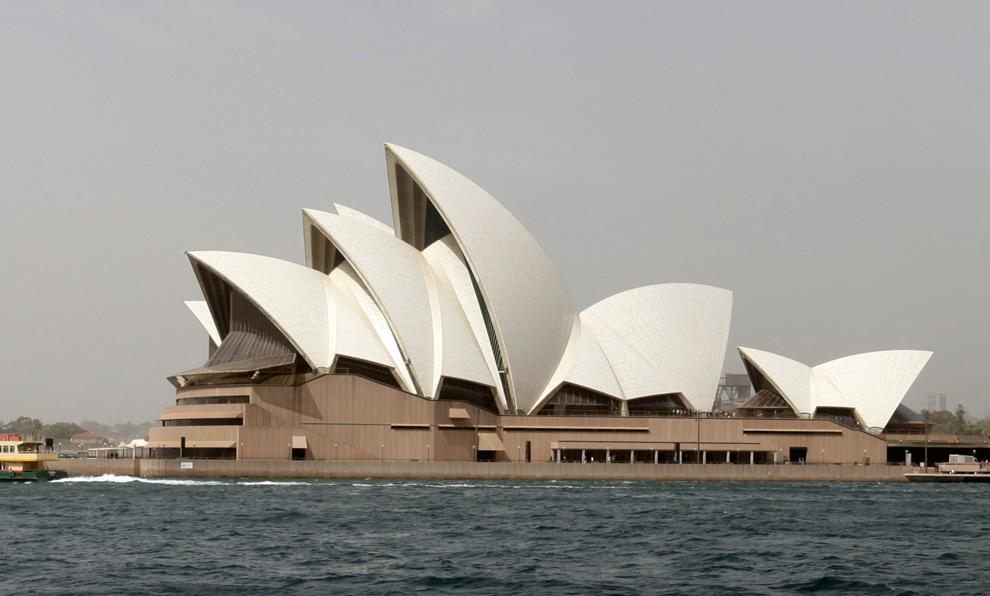 8) Сиднейский оперный театр и в 12:30 (после бури) 23 сентября 2009. (REUTERS/Tim Wimborne)