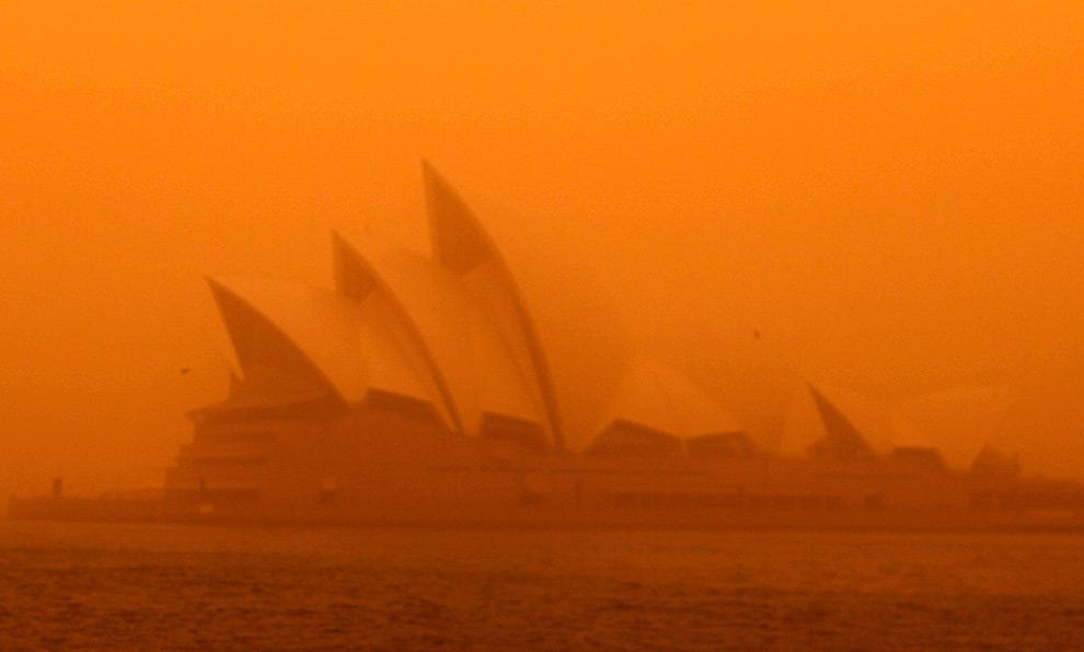 9) Снимок Сиднейского оперного театра в 6:15 (во время бури). (REUTERS/Tim Wimborne)