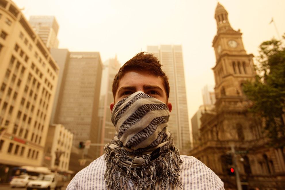 10) Молодой человек в повязке из шарфа на улице делового центра Сиднея, 23 сентября 2009.(Brendon Thorne/Getty Images)