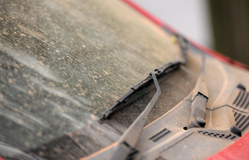 11) Машина, покрытая пылью, после песчаной бури, 23 сентября 2009, Сидней.(Jack Atley/Bloomberg)