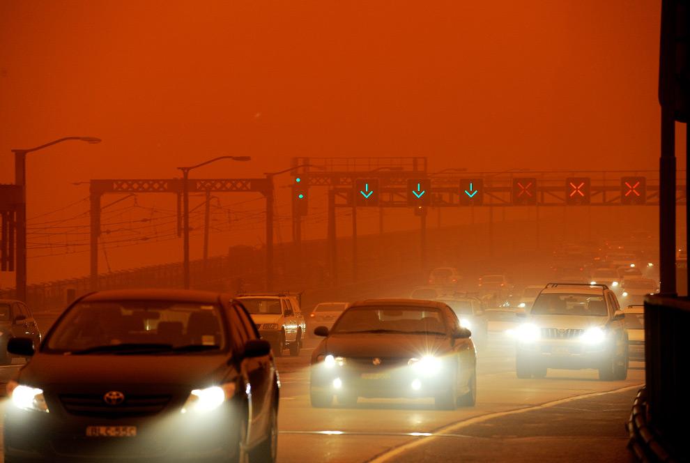 14) Из-за огромного облака пыли, повисшего нал крупнейшим городом Австралии, на мосту «Sydney Harbour» образовалась пробка, 23 сентября, 2009. (GREG WOOD/AFP/Getty Images)