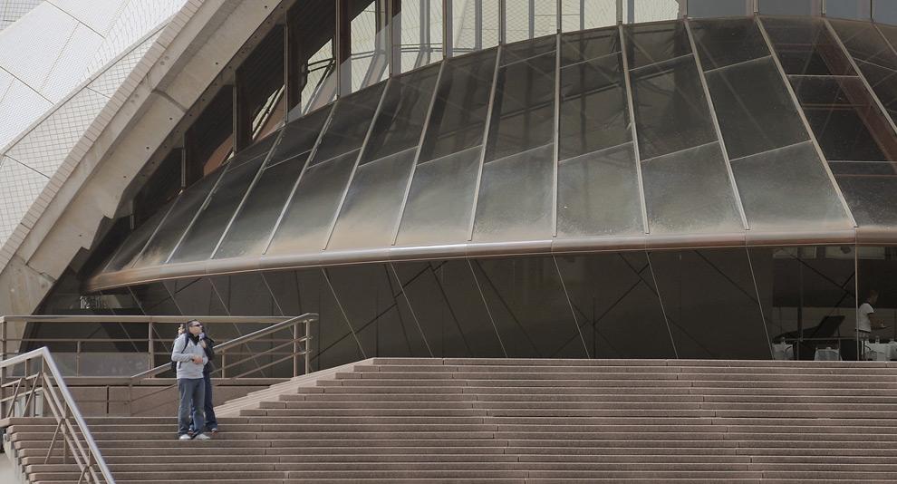 16) После песчаной бури Сиднейский оперный театр покрылся толстым слоем пыли, , 23 сентября, 2009. (Jack Atley/Bloomberg)
