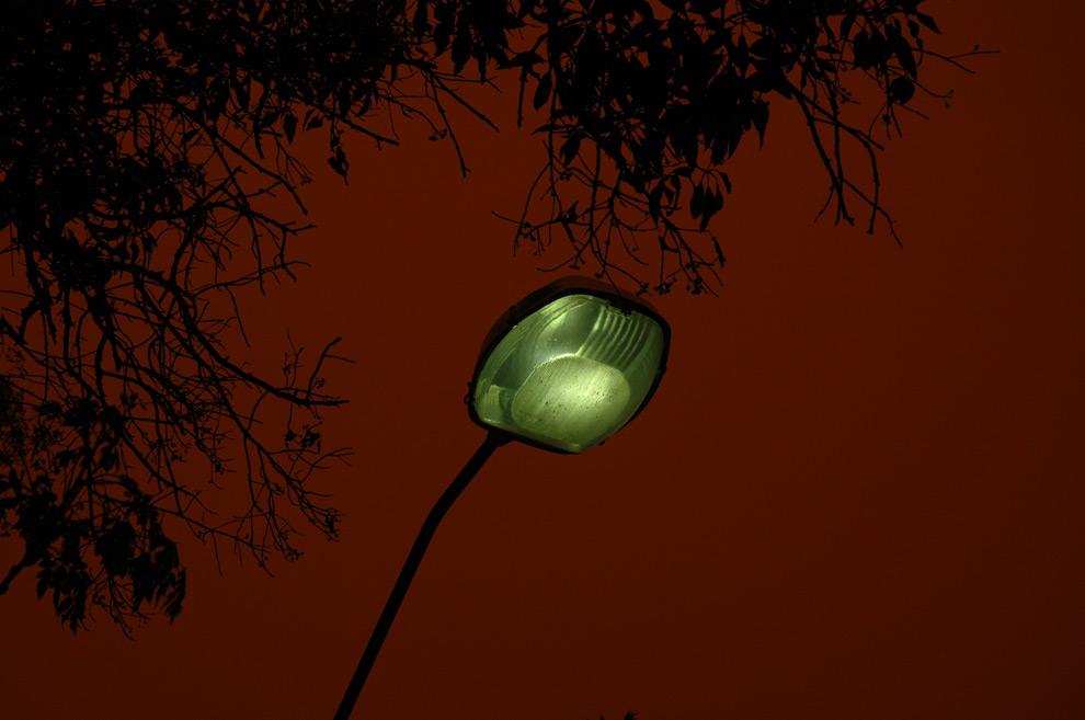 17) Уличный фонарь, снятый во время песчаной бури в Сиднее, 23 сентября 2009, фотография носит название «7:00-8:00». (ArmyofDolls / CC BY-ND)
