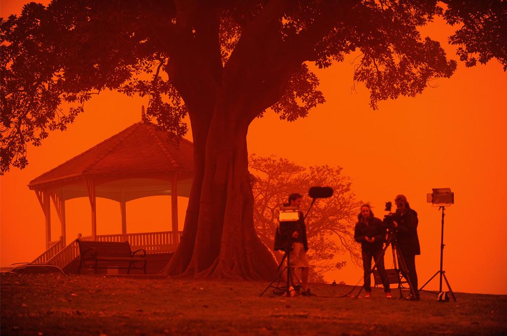 19) Съемочная группа ведет репортаж с обсерватории Хилл, как песчаная буря накрыла  крупнейший город Австралии 23 сентября, 2009. (GREG WOOD/AFP/Getty Images)