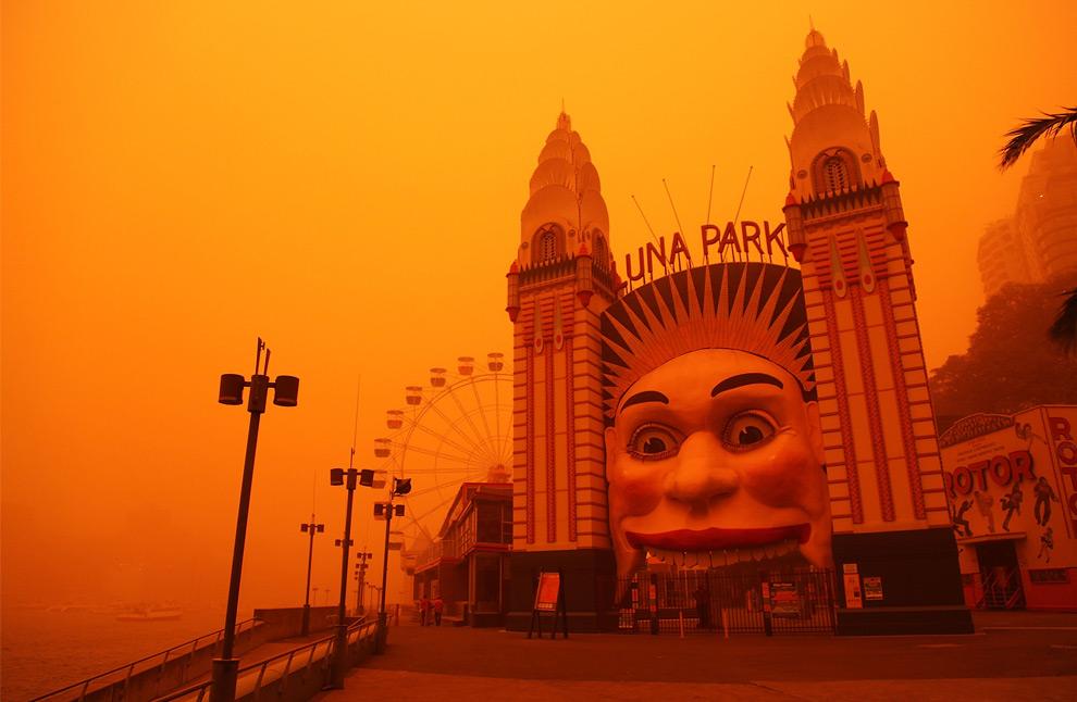 21) Вход в Луна-Парк во время песчаной бури 23 сентября 2009, Сидней.(Stuart Hannagan/Getty Images)