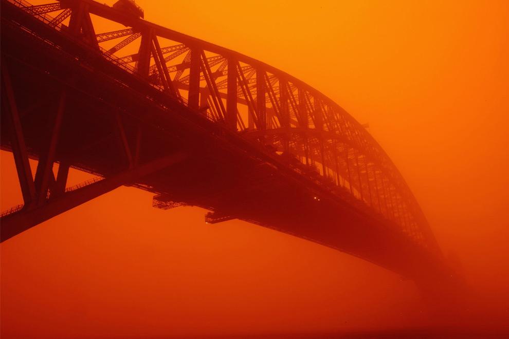 22) Сиднейский мост, исчезающий в облаке пыли, 23 сентября 2009, Сидней.(Brendon Thorne/Getty Images)