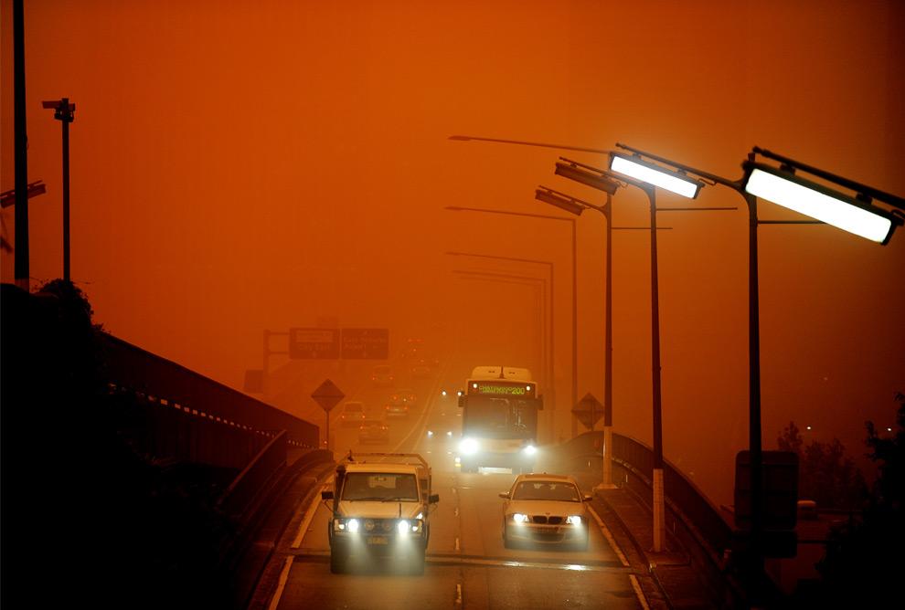 24) Транспорт, проезжающий по «Cahill Expressway», в то время как песчаная буря накрыла Сидней, 23 сентября, 2009. (GREG WOOD/AFP/Getty Images)