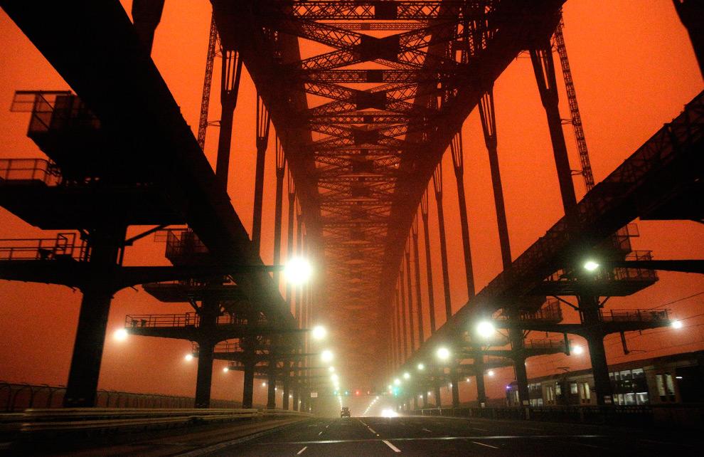 26) Неинтенсивное движение через мост  «Sydney Harbour» во время песчаной бури 23 сентября, 2009. (REUTERS/Tim Wimborne)