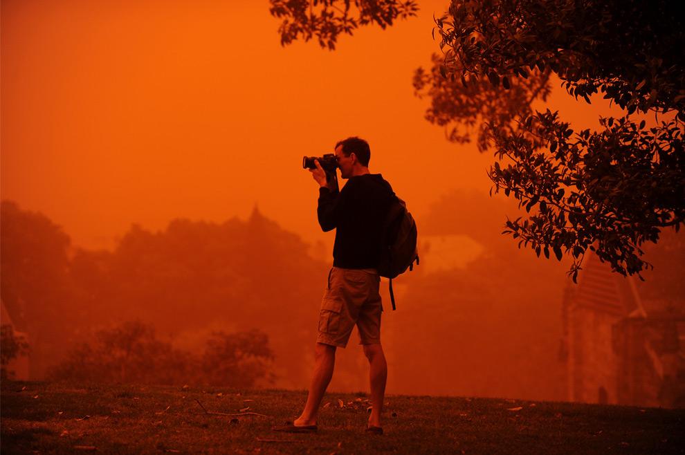 28) Мужчина фотографирует, стоя у обсерватории Хилл, возвышающейся над гаванью Сиднея, 23 сентября, 2009. (GREG WOOD/AFP/Getty Images)