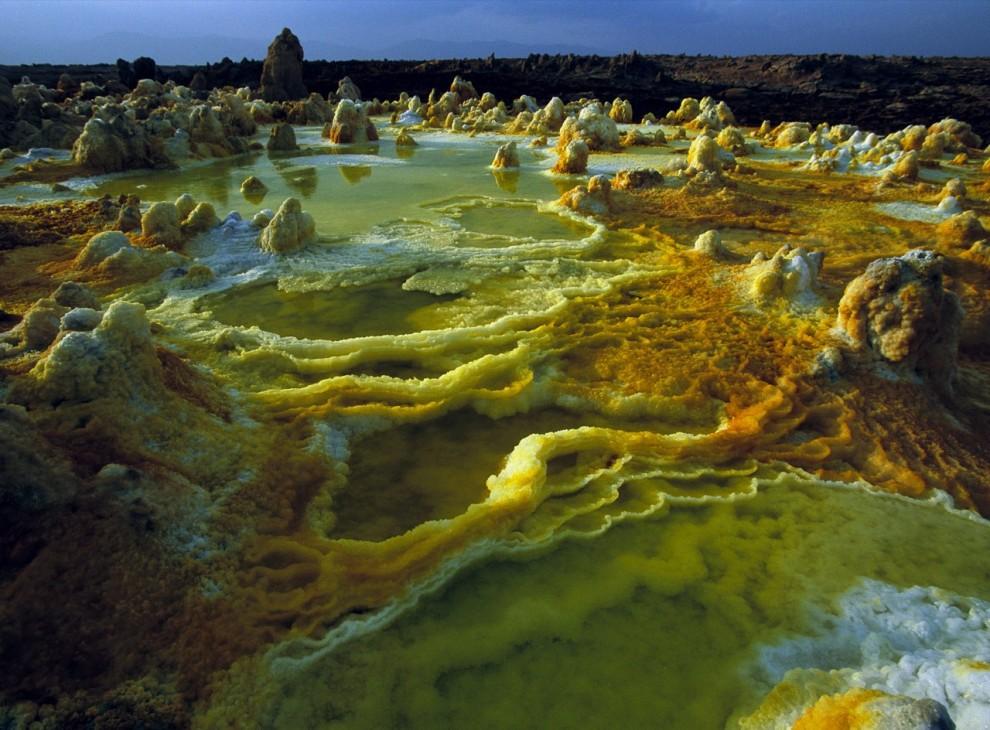 3) Сера, соль и другие минералы окрашивают в яркие цвета кратер вулкана Даллол в Эфиопии.