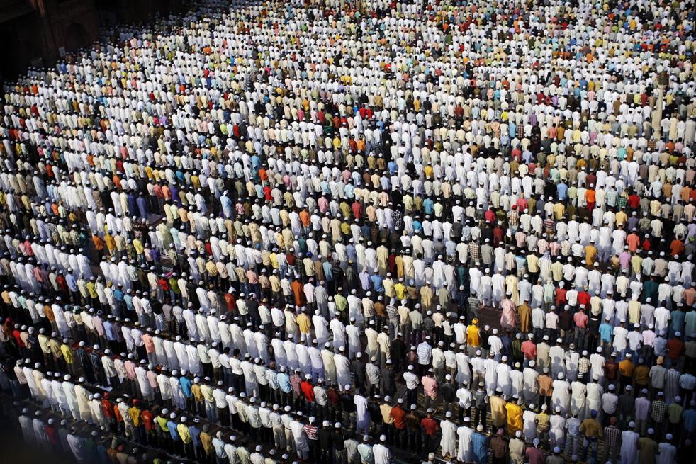 2) Тысяч индийских мусульман собрались на молитву Ид аль-Фитр в мечети Джама в Нью-Дели, Индия, в понедельник, 21 сентябре. (AP/Kevin Frayer)