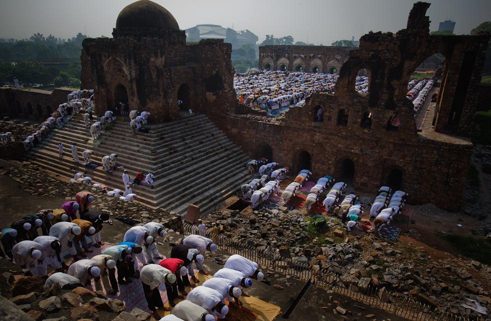 3) Индийские мусульмане молятся во время молитвы Ид-уль-Фитр в мечети Фероз Шах Котла 21 сентября, в Нью-Дели, Индия. (Getty Images/Daniel Berehulak)
