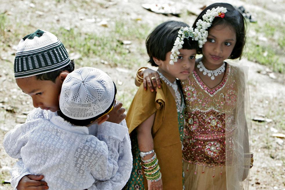 4) Индийские мальчики и девочки мусульмане после молитвы на Ид аль-Фитр в Бангалоре, Индия, в понедельник, 21 сентябрь. (AP/Aijaz Раху)