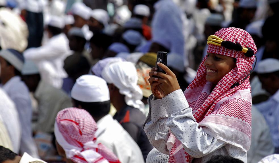 5) Мальчик-мусульманин фотографирует толпу мобильным телефоном, после молитвы на Ид аль-Фитр в мечети Мир Алам Идгах в Хайдерабаде, Индия, 21 сентября. (AP/ Mahesh Kumar A)