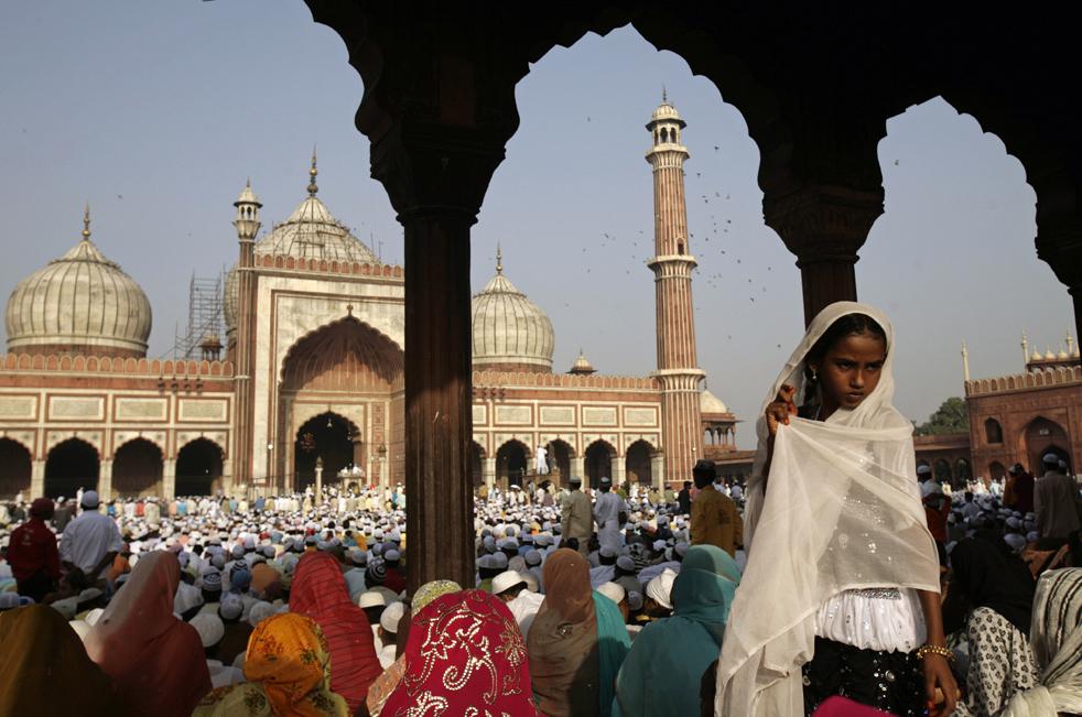 7) Мусульманские женщины готовятся к молитве в мечети Джама Масджид в Дели, Индия, в понедельник, 21 сентября. (AP/Gurinder Osan)
