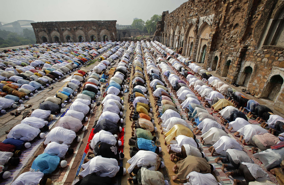 8) Индийские мусульмане принимают участие в молитве на Ид аль-Фитр на развалинах мечети 13 века Фероз Шах Котла в Нью-Дели, Индия, в понедельник, 21 сентября. (AP/Gurinder Osan)