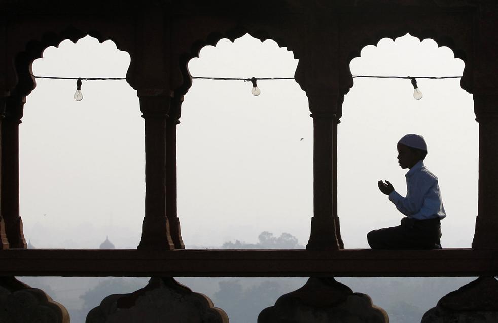 9) Индийский мальчик-мусульманин молится перед началом молитвы Ид аль-Фитр в мечети Джама в Нью-Дели, Индия, в понедельник, 21 сентября. (AP/Kevin Frayer)