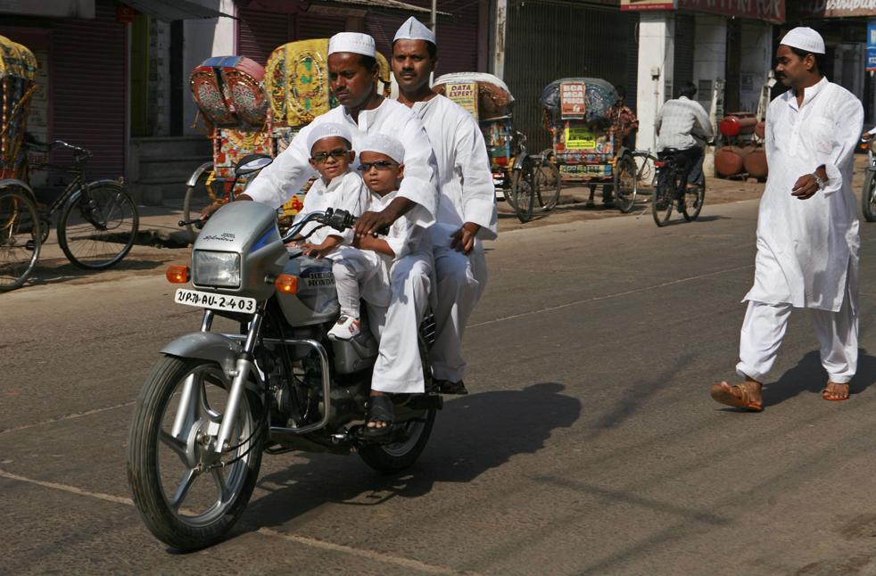 11) Индийские мусульмане едут на мотоцикле в мечеть, чтобы помолится на Ид аль-Фитр. Фото сделано в Аллахабаде, Индия, в понедельник, 21 сентября. (AP/Rajesh Kumar Singh)