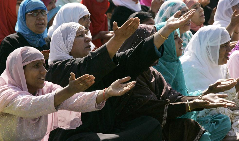 12) Кашмирские мусульманки молятся в Сринагаре Индия, в понедельник, 21 сентября. (AP/Mukhtar Khan)