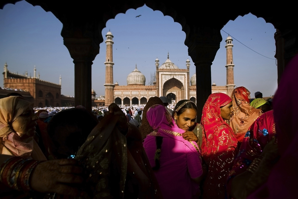 15) Мусульманские женщины приветствуют друг друга после молитвы в мечети Джама в Нью-Дели, Индия, 21 сентября. (AP/Gurinder Osan)