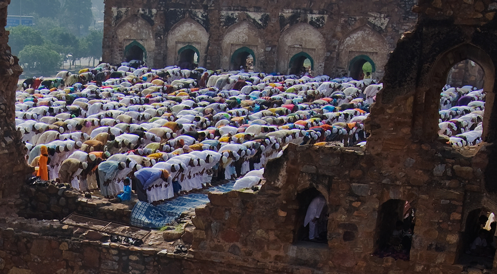 1) Индийские мусульмане собрались во время молитвы Ид-уль-Фитр на развалинах мечети Фероз Шах Котла 21 сентября, в Нью-Дели, Индия. (Getty Images/Daniel Berehulak)