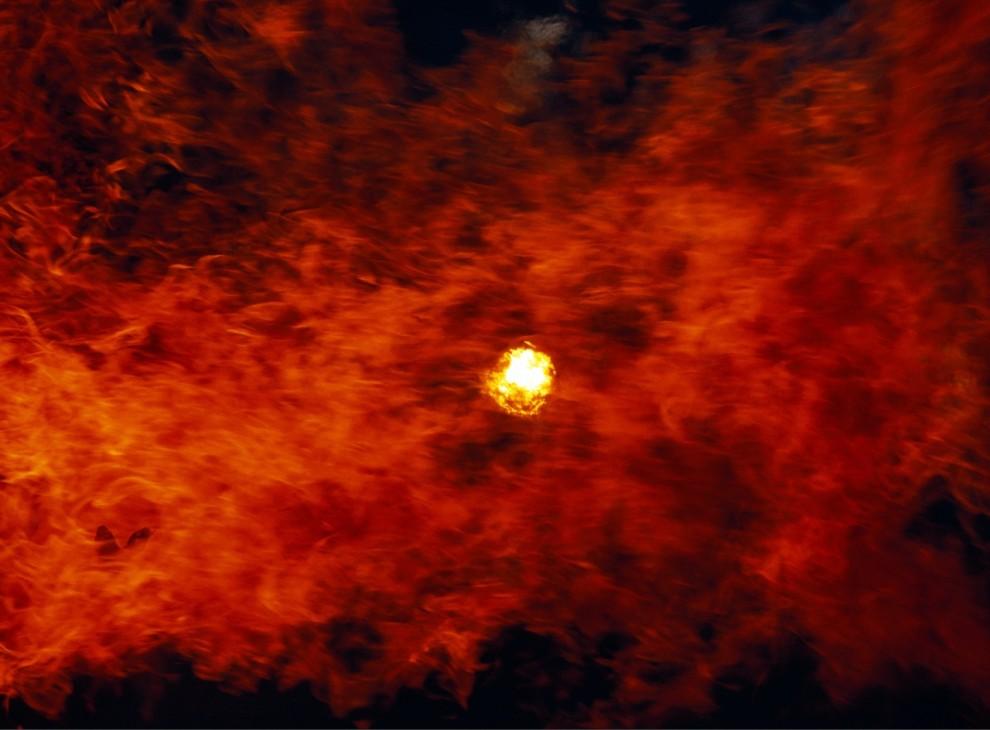 4) Стена огня во время лесного пожара в западной части США частично закрывает солнце.