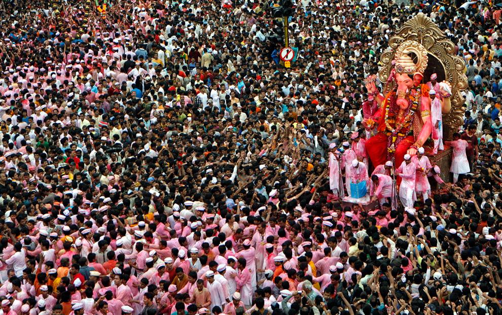 2. Индуисты везут статую бога процветания Ганеша с головой слона, чтобы опустить его в море в последний день праздника Ганеш Чатуртхи в Мумбаи 3 сентября 2009 года. Глиняные статуи Ганеша делаются за два-три месяца до популярного религиозного фестиваля Ганеш Чатуртхи. Статуи провозят по улицам длинной процессией, сопровождаемой танцами и песнями, чтобы погрузить их в море, что символизирует путешествие бога к своему священному обиталищу на горе Кайлаш. Считается, что Ганеш заберет с собой все несчастья и беды. (REUTERS/Punit Paranjpe)