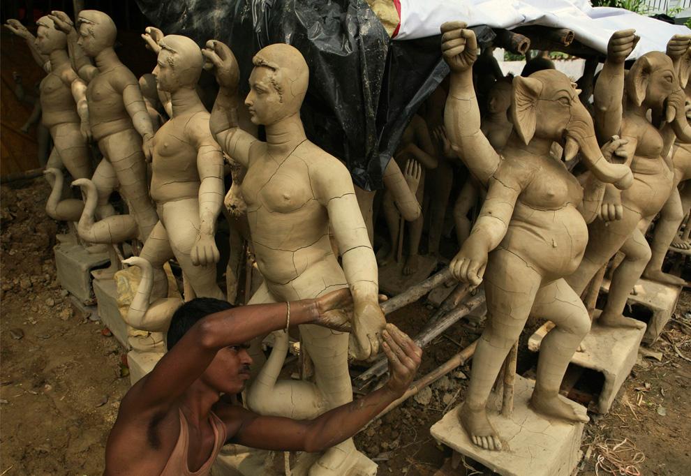 13. Художник работает над статуей индийской богини Дурги в преддверии праздника Дурга Пуджа в Аллахабаде, Индия, во вторник 3 сентября. (AP Photo/Rajesh Kumar Singh)